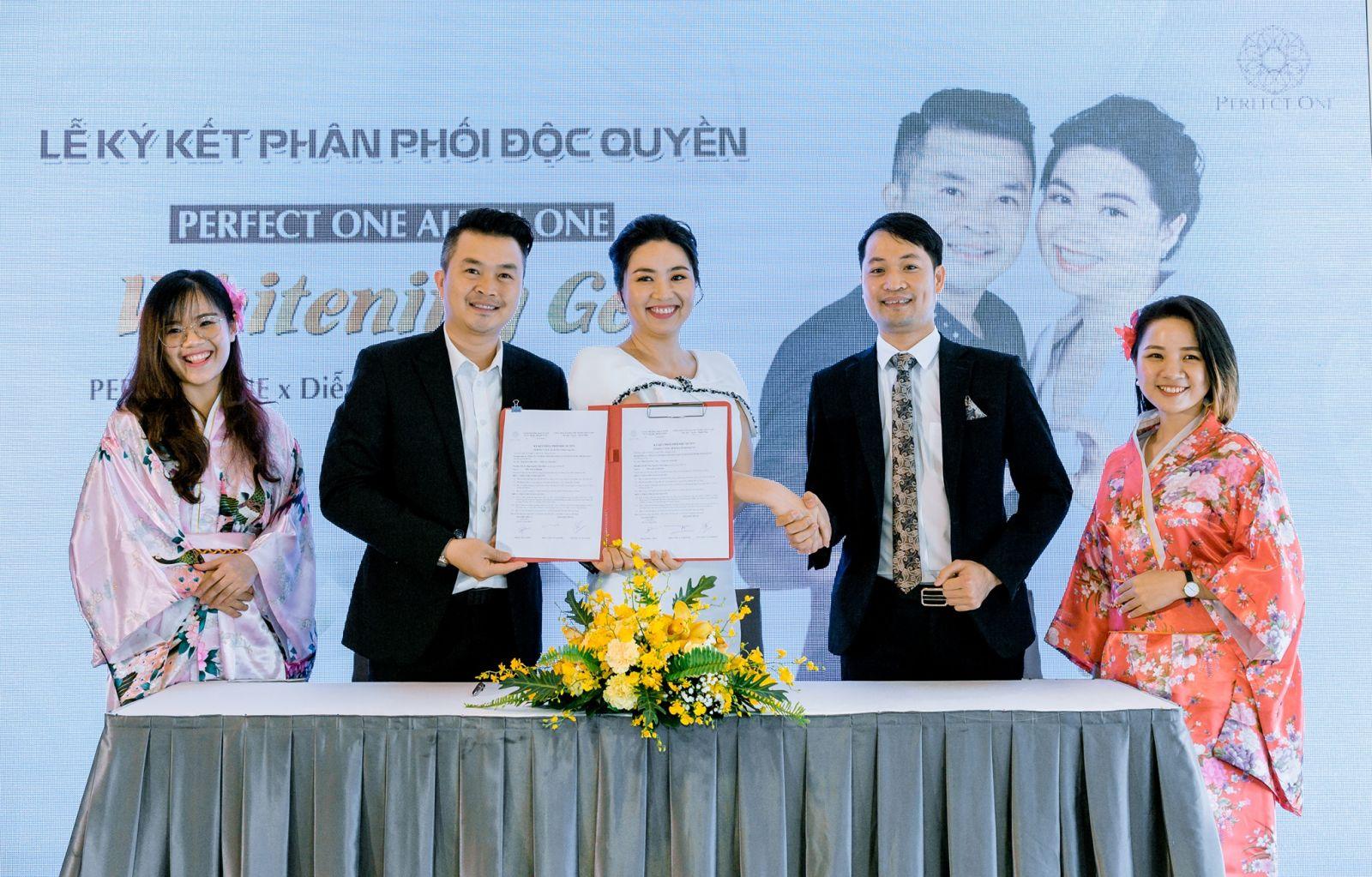 Diễn viên Lê Khánh – Tuấn Khải ký kết phân phối độc quyền PERFECT ONE All in One Whitening Gel tại Việt Nam